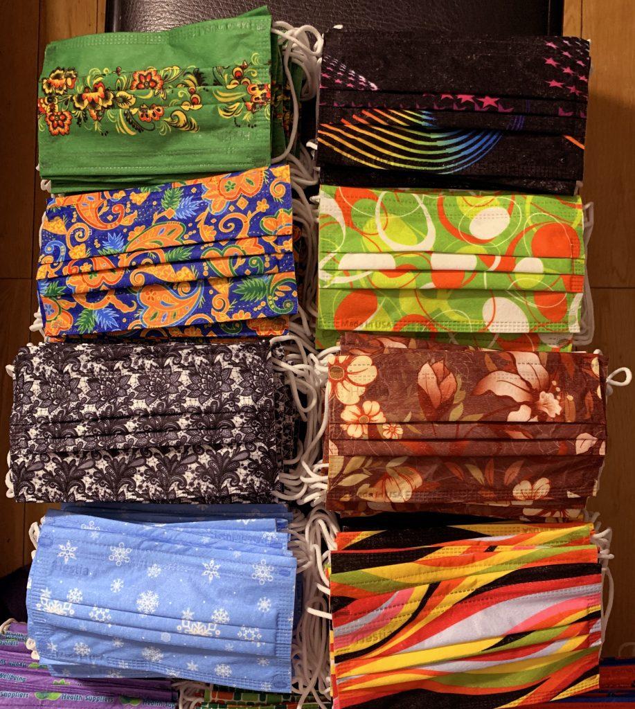 数十种不同颜色和图案的口罩